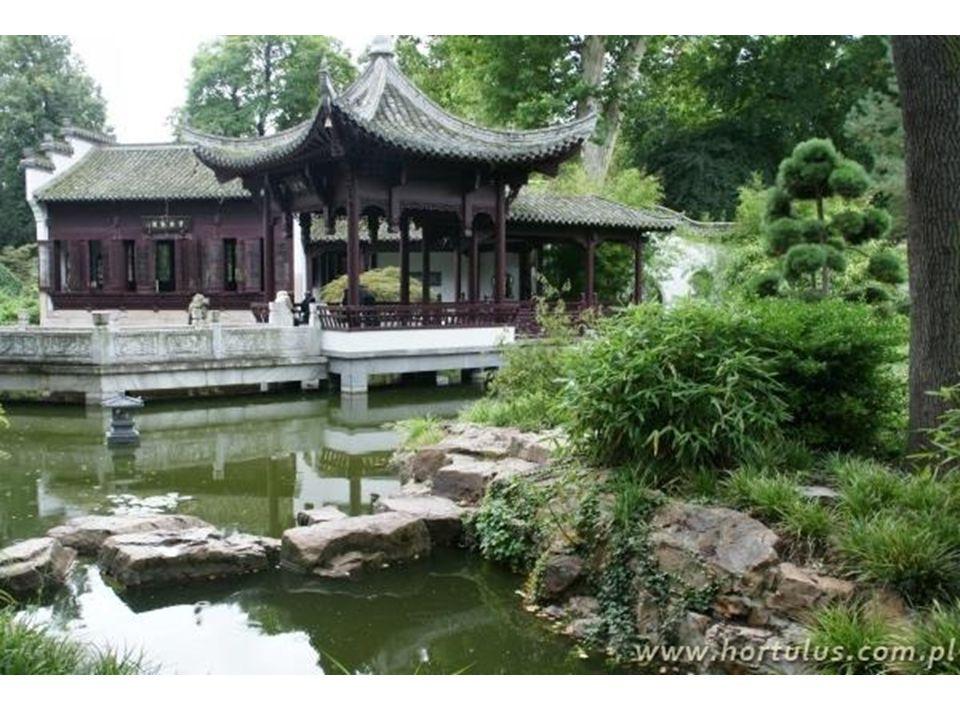 Kameralna i krajobrazowa kompozycja prywatnego ogrodu cesarskiego stanowi kontrast z częścią oficjalną, która jest geometryczna, symetryczna i praktycznie pozbawiona roślinności.