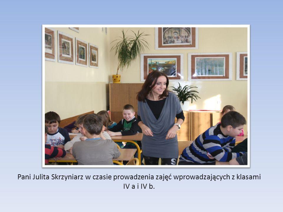Pani Julita Skrzyniarz w czasie prowadzenia zajęć wprowadzających z klasami IV a i IV b.