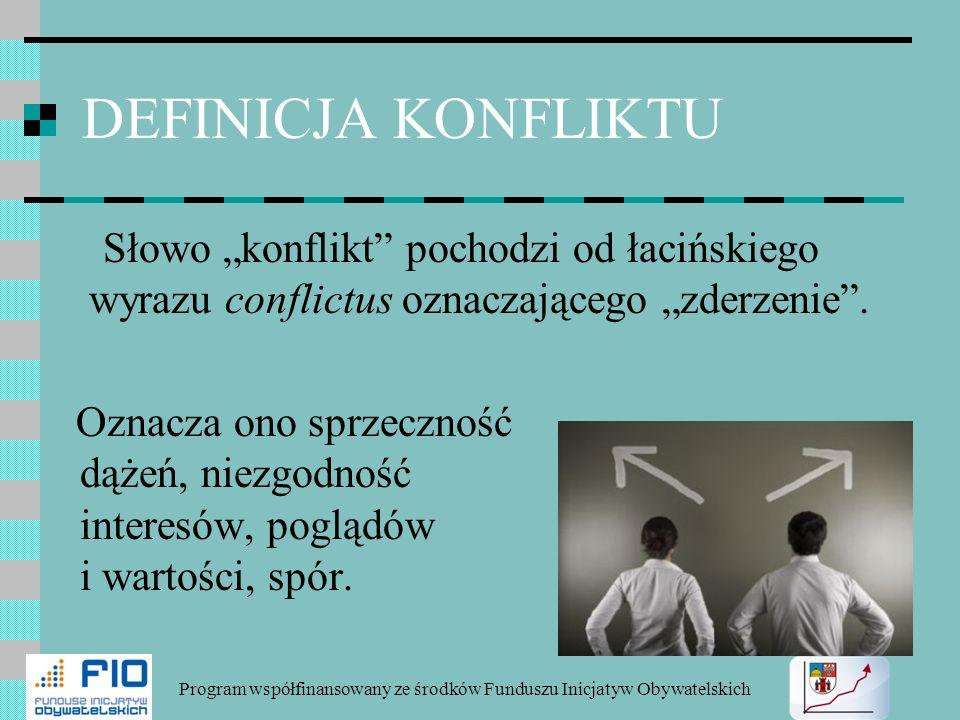 DEFINICJA KONFLIKTU Słowo konflikt pochodzi od łacińskiego wyrazu conflictus oznaczającego zderzenie. Oznacza ono sprzeczność dążeń, niezgodność inter
