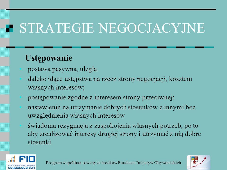 STRATEGIE NEGOCJACYJNE Ustępowanie postawa pasywna, uległa daleko idące ustępstwa na rzecz strony negocjacji, kosztem własnych interesów; postępowanie