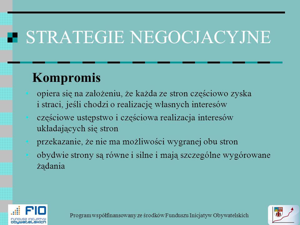 STRATEGIE NEGOCJACYJNE Kompromis opiera się na założeniu, że każda ze stron częściowo zyska i straci, jeśli chodzi o realizację własnych interesów czę