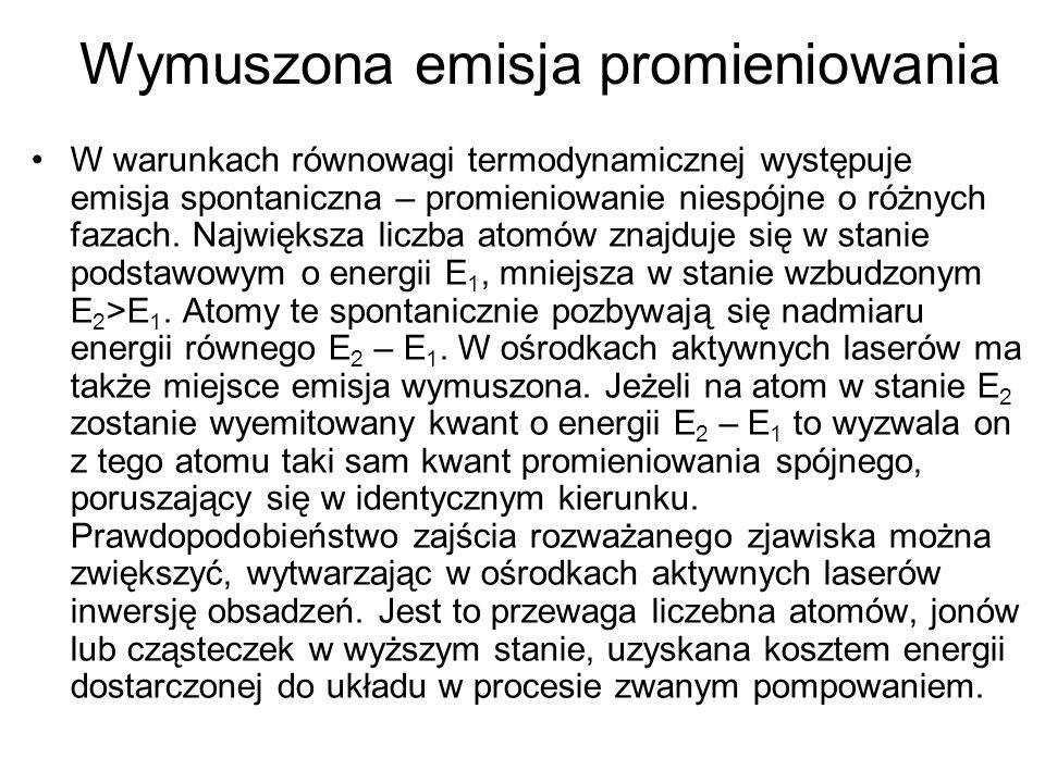 Wymuszona emisja promieniowania W warunkach równowagi termodynamicznej występuje emisja spontaniczna – promieniowanie niespójne o różnych fazach. Najw