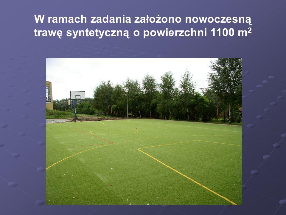 W ramach zadania założono nowoczesną trawę syntetyczną o powierzchni 1100 m 2