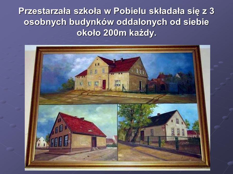 Przestarzała szkoła w Pobielu składała się z 3 osobnych budynków oddalonych od siebie około 200m każdy.