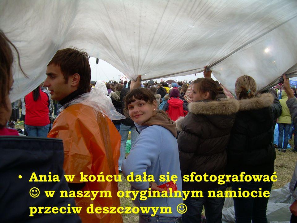 Ania w końcu dała się sfotografować w naszym oryginalnym namiocie przeciw deszczowym