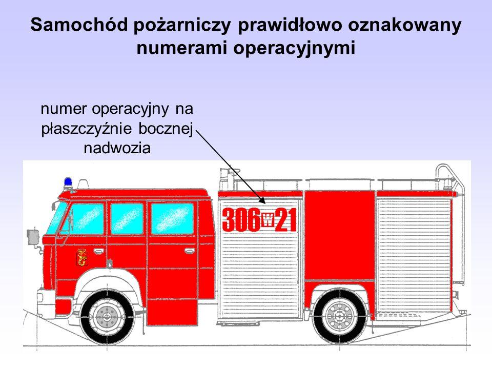 Samochód pożarniczy prawidłowo oznakowany numerami operacyjnymi numer operacyjny na płaszczyźnie bocznej nadwozia