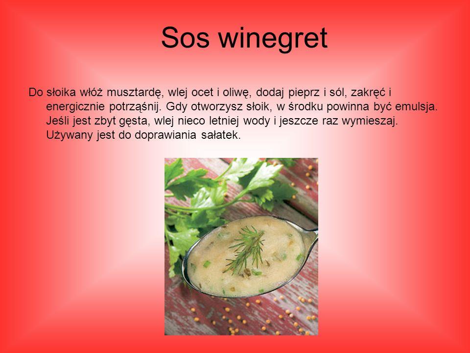 Do słoika włóż musztardę, wlej ocet i oliwę, dodaj pieprz i sól, zakręć i energicznie potrząśnij.