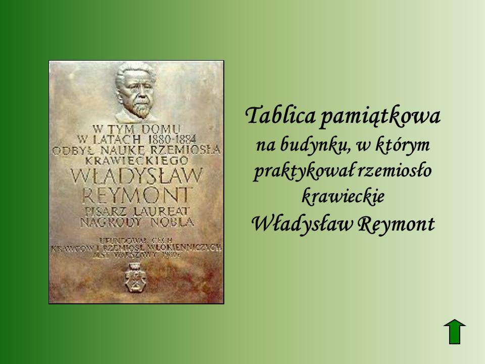 Tablica pamiątkowa na budynku, w którym praktykował rzemiosło krawieckie Władysław Reymont