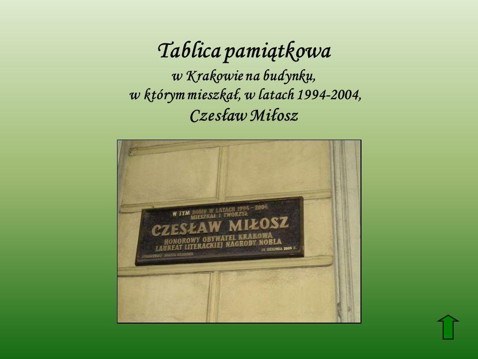 Tablica pamiątkowa w Krakowie na budynku, w którym mieszkał, w latach 1994-2004, Czesław Miłosz