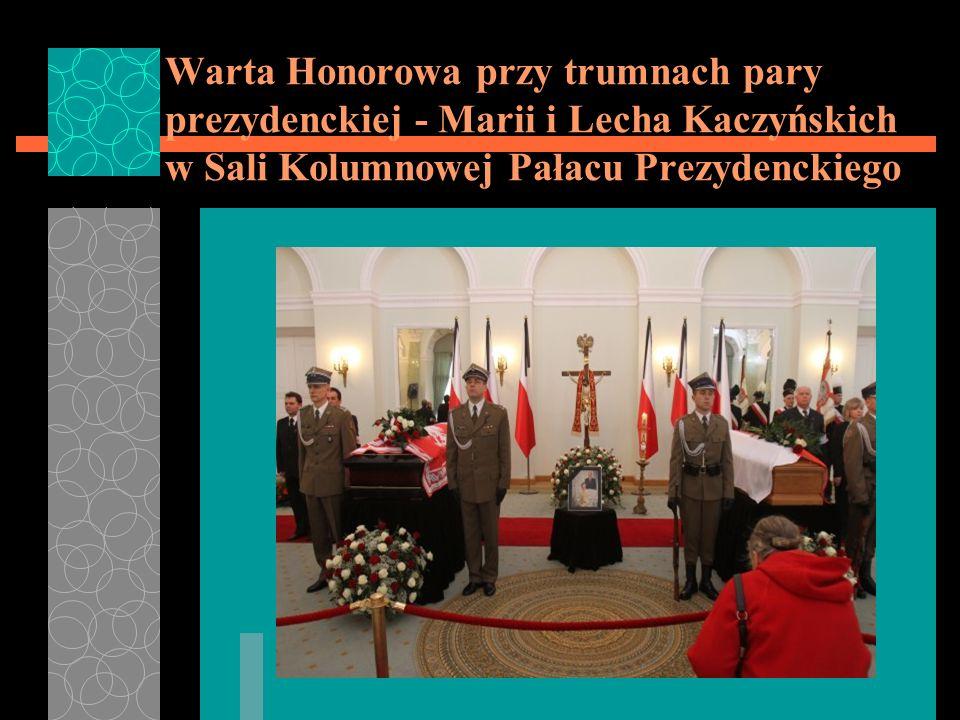 Warta Honorowa przy trumnach pary prezydenckiej - Marii i Lecha Kaczyńskich w Sali Kolumnowej Pałacu Prezydenckiego