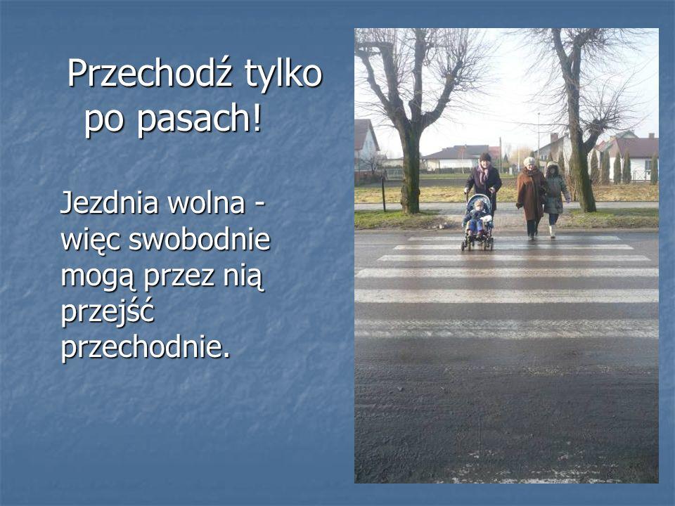 Przechodź tylko po pasach! Przechodź tylko po pasach! Jezdnia wolna - więc swobodnie mogą przez nią przejść przechodnie.