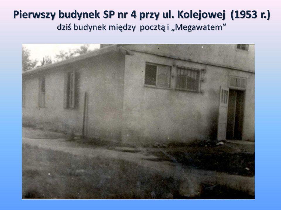 Pierwszy budynek SP nr 4 przy ul. Kolejowej (1953 r.) dziś budynek między pocztą i Megawatem