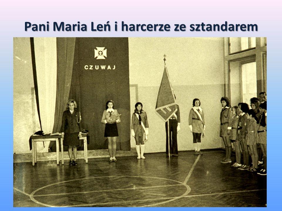 Pani Maria Leń i harcerze ze sztandarem
