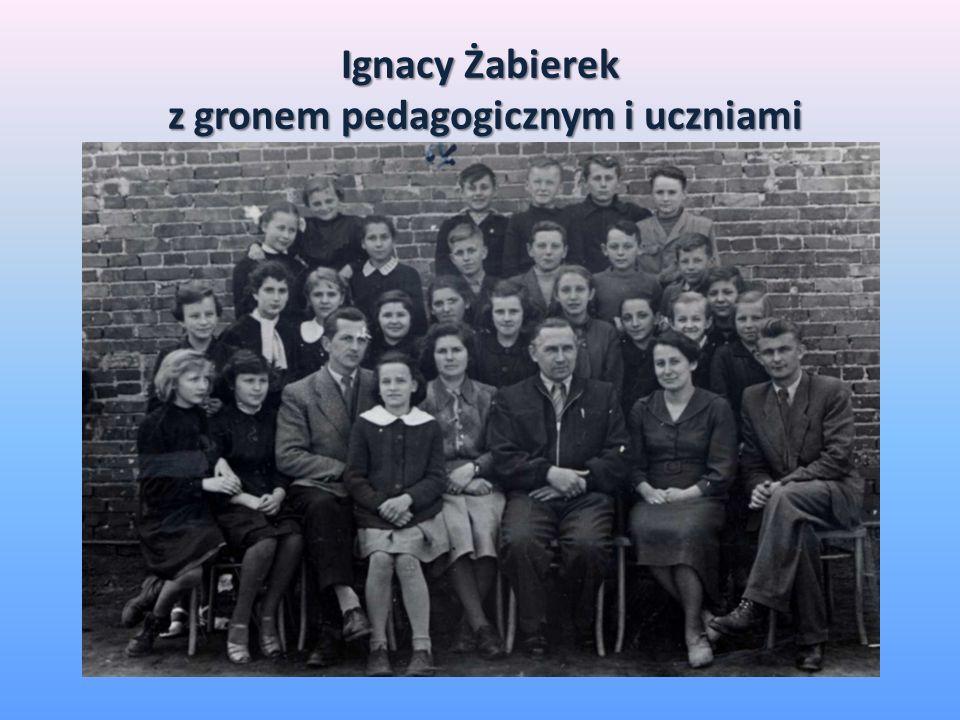 Ignacy Żabierek z gronem pedagogicznym i uczniami