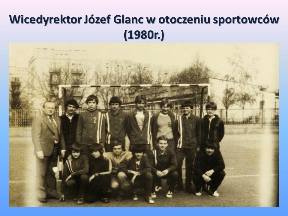 Wicedyrektor Józef Glanc w otoczeniu sportowców (1980r.)