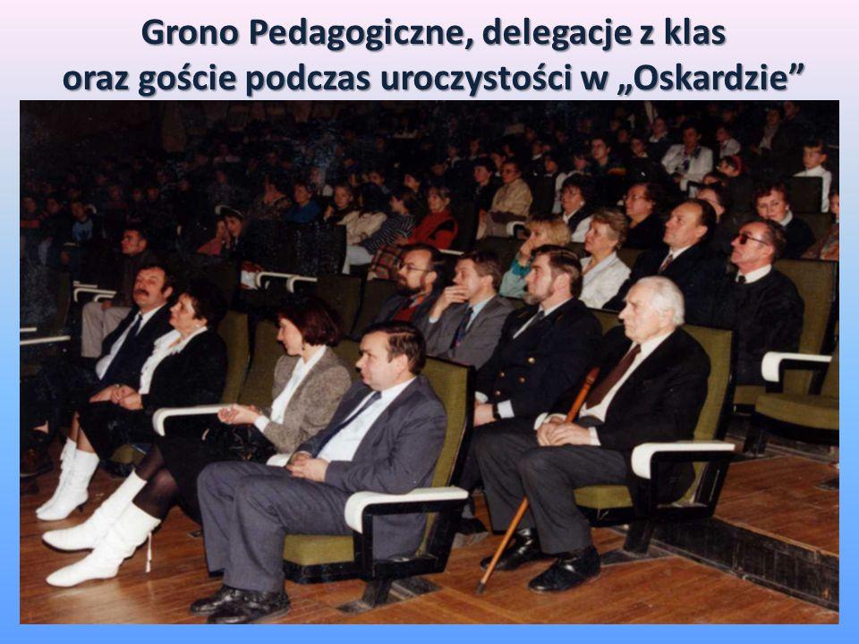 Grono Pedagogiczne, delegacje z klas oraz goście podczas uroczystości w Oskardzie
