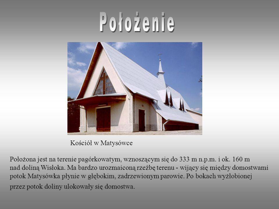Położona jest na terenie pagórkowatym, wznoszącym się do 333 m n.p.m.