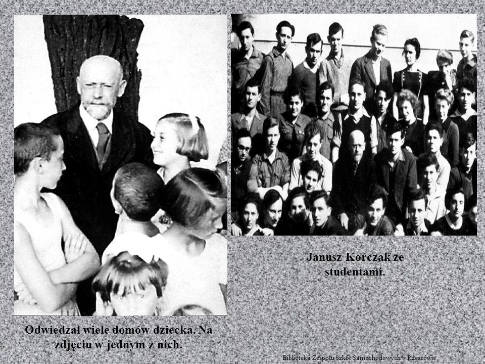 Odwiedzał wiele domów dziecka. Na zdjęciu w jednym z nich. Janusz Korczak ze studentami. Biblioteka Zespołu Szkół Samochodowych w Rzeszowie