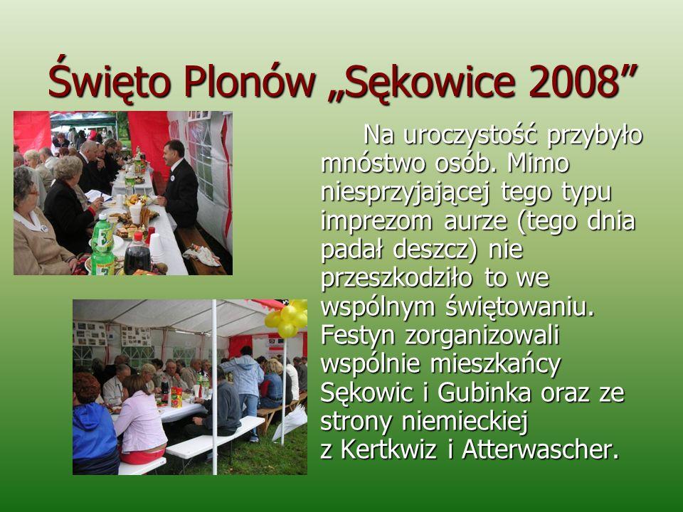 Święto Plonów Sękowice 2008 Na uroczystość przybyło mnóstwo osób. Mimo niesprzyjającej tego typu imprezom aurze (tego dnia padał deszcz) nie przeszkod