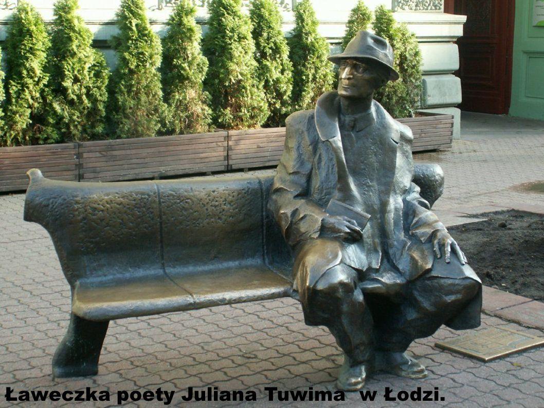 Słynna tarnowska ławeczka poetów Ławeczka Agnieszki Osieckiej – znakomitej poetki, autorki ogromnej liczby znanych i do dziś chętnie śpiewanych przez Polaków piosenek; Jana Brzechwy – poety, do dziś szczególnie bliskiego dzieciom oraz Zbigniewa Herberta.
