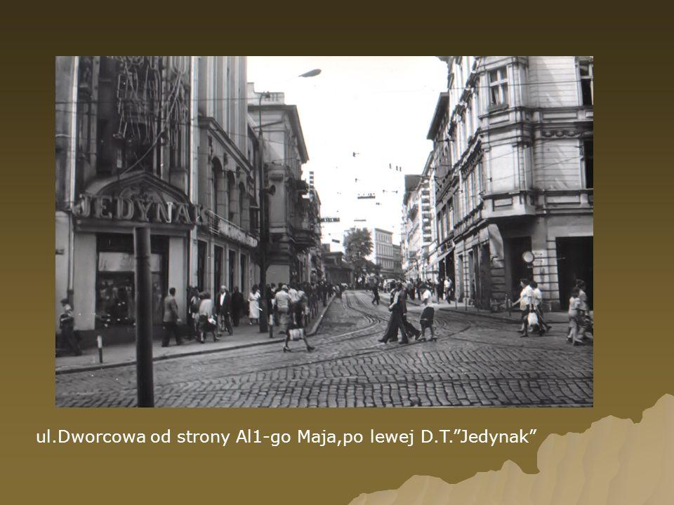 ul.Dworcowa od strony Al1-go Maja,po lewej D.T.Jedynak