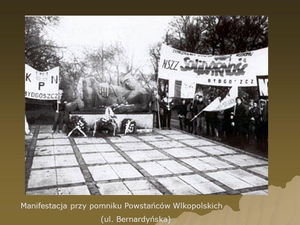 Manifestacja przy pomniku Powstańców Wlkopolskich (ul. Bernardyńska)