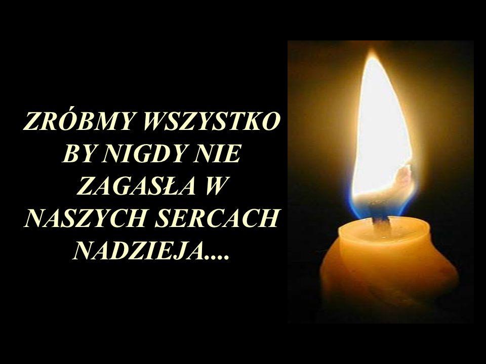 Z oczami błyszczącymi i spuchniętymi od łez, dziecko bierze świecę symbolizującą nadzieję i zapala zgaszone świece.