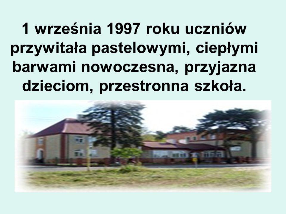 1 września 1997 roku uczniów przywitała pastelowymi, ciepłymi barwami nowoczesna, przyjazna dzieciom, przestronna szkoła.