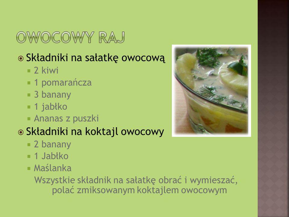 Składniki na sałatkę owocową 2 kiwi 1 pomarańcza 3 banany 1 jabłko Ananas z puszki Składniki na koktajl owocowy 2 banany 1 Jabłko Maślanka Wszystkie składnik na sałatkę obrać i wymieszać, polać zmiksowanym koktajlem owocowym