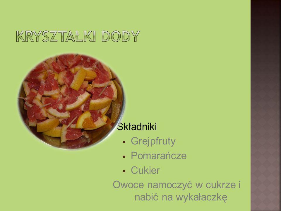 Składniki: Truskawki (35 kcal) Winogrona zielone lub czerwone (68kcal) Pomarańcza (93 kcal) Razem 196 kcal Sposób przyrządzenia: Wszystkie składniki pokroić i wyłożyć do miseczki przygotowanej z pomarańcza.