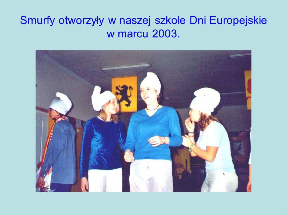 Smurfy otworzyły w naszej szkole Dni Europejskie w marcu 2003.