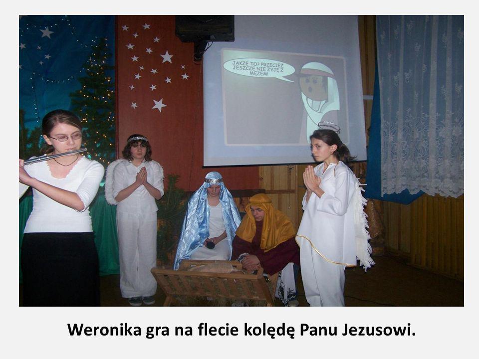 Weronika gra na flecie kolędę Panu Jezusowi.