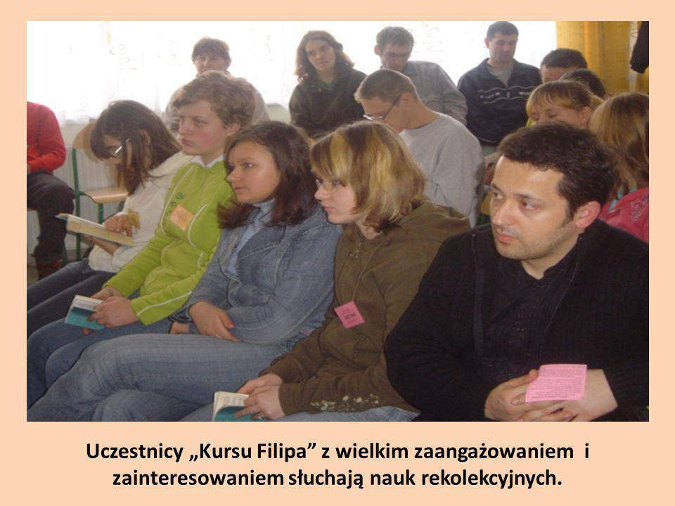 Uczestnicy Kursu Filipa z wielkim zaangażowaniem i zainteresowaniem słuchają nauk rekolekcyjnych.