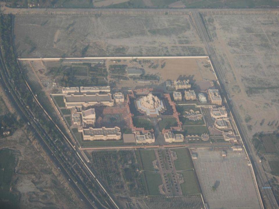 Akshardham, to nowa świątynia w Delhi, której budowę zakończono 2005 roku. Cała rzecz jest poświęcona Neelkanth'owi Varni, znanemu jako Bhgwan Swamina