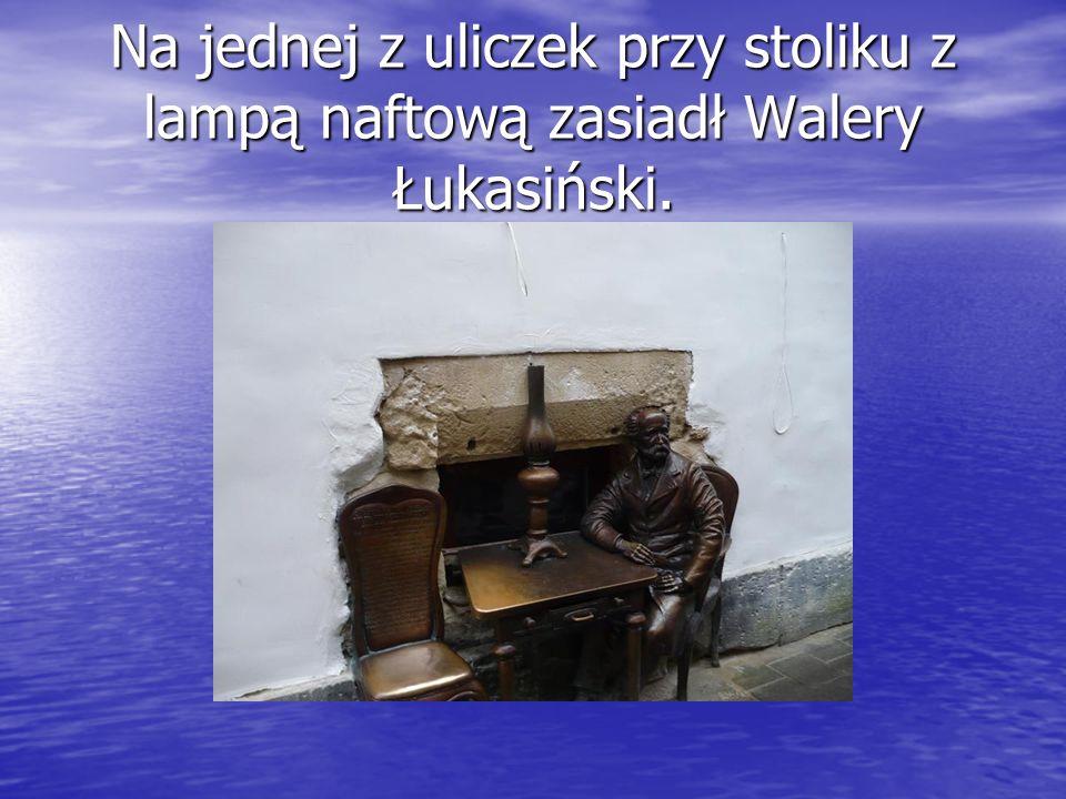 Na jednej z uliczek przy stoliku z lampą naftową zasiadł Walery Łukasiński.