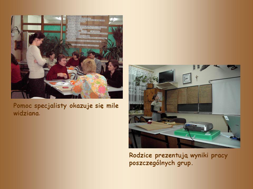 Pomoc specjalisty okazuje się mile widziana. Rodzice prezentują wyniki pracy poszczególnych grup.