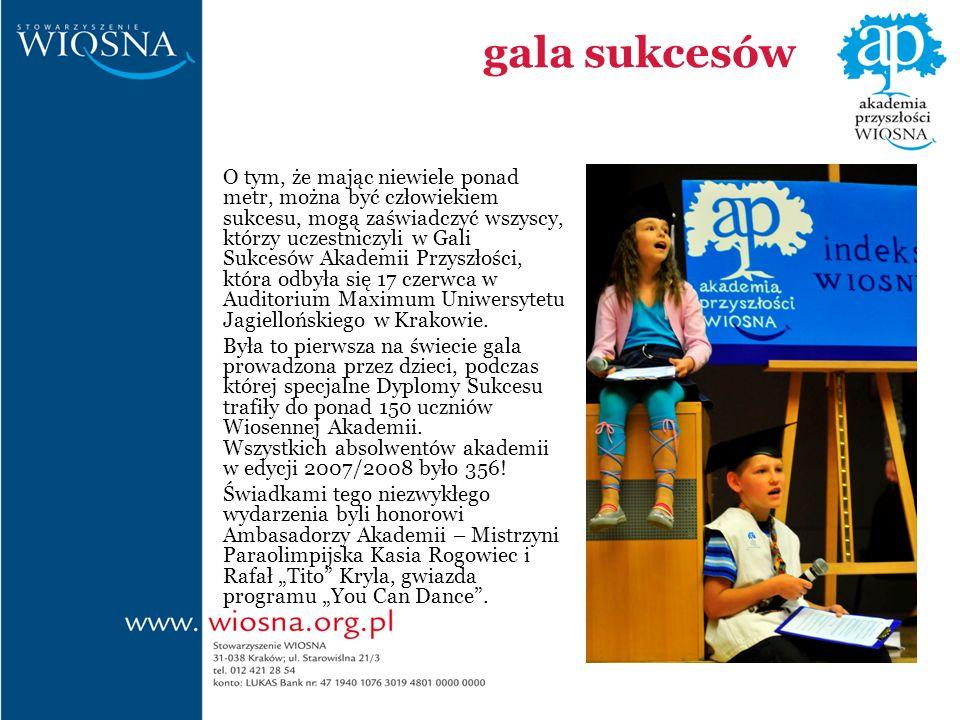 gala sukcesów O tym, że mając niewiele ponad metr, można być człowiekiem sukcesu, mogą zaświadczyć wszyscy, którzy uczestniczyli w Gali Sukcesów Akademii Przyszłości, która odbyła się 17 czerwca w Auditorium Maximum Uniwersytetu Jagiellońskiego w Krakowie.