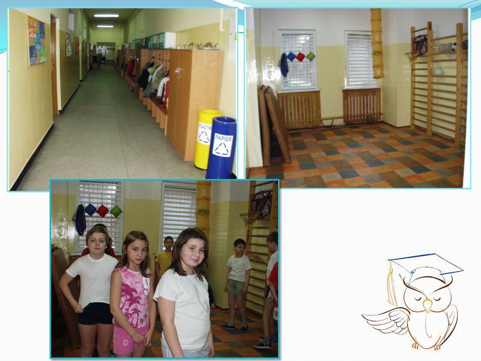Najmłodszym uczniom zapewniamy stałą opiekę wychowawcy oraz pracowników świetlicy w godzinach od 7.00 do 16.30; wspólne spożywanie śniadania; możliwość wykupienia obiadów, które dzieci spożywają o wyznaczonej godzinie, nie spotykając się z uczniami klas starszych; uczestnictwo w akcji Szklanka mleka, Owoce w szkole; opiekę medyczną we wszystkie dni tygodnia z wyjątkiem środy; pomoc psychologiczno – pedagogiczną dla uczniów i rodziców prowadzoną przez pedagoga, nauczycieli specjalistów oraz w ramach grup wsparcia; aktywny wypoczynek na placu zabaw przeznaczonym wyłącznie dla nich; w okresie ferii zimowych organizujemy półkolonie.