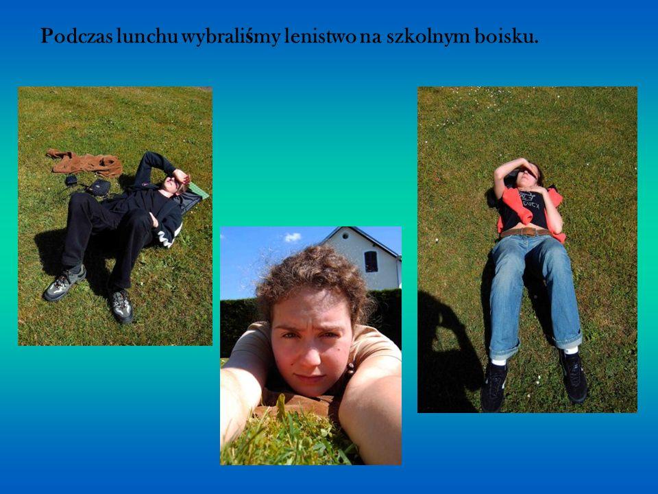Podczas lunchu wybrali ś my lenistwo na szkolnym boisku.