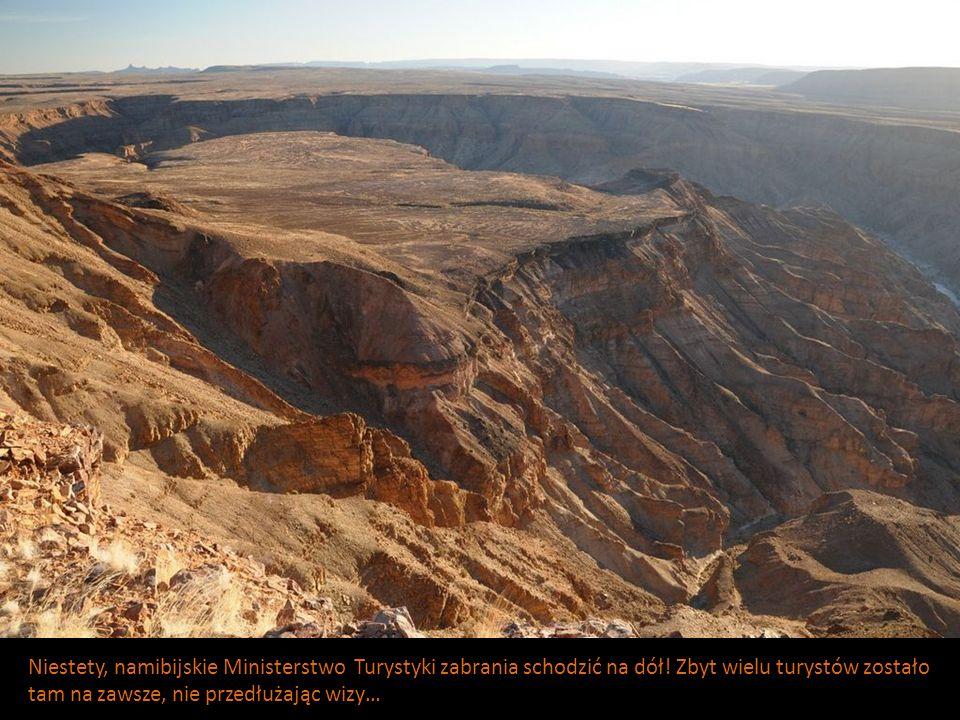 Niestety, namibijskie Ministerstwo Turystyki zabrania schodzić na dół! Zbyt wielu turystów zostało tam na zawsze, nie przedłużając wizy…