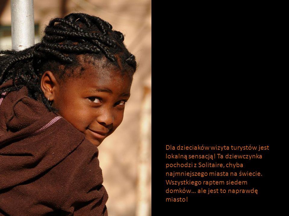 Dla dzieciaków wizyta turystów jest lokalną sensacją! Ta dziewczynka pochodzi z Solitaire, chyba najmniejszego miasta na świecie. Wszystkiego raptem s