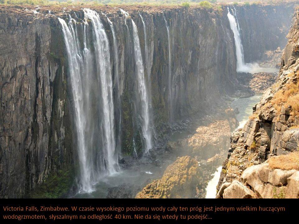 Victoria Falls, Zimbabwe. W czasie wysokiego poziomu wody cały ten próg jest jednym wielkim huczącym wodogrzmotem, słyszalnym na odległość 40 km. Nie