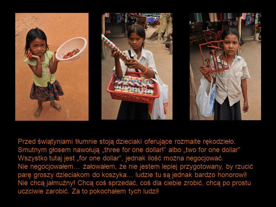 Przed świątyniami tłumnie stoją dzieciaki oferujące rozmaite rękodzieło. Smutnym głosem nawołują three for one dollar! albo two for one dollar Wszystk