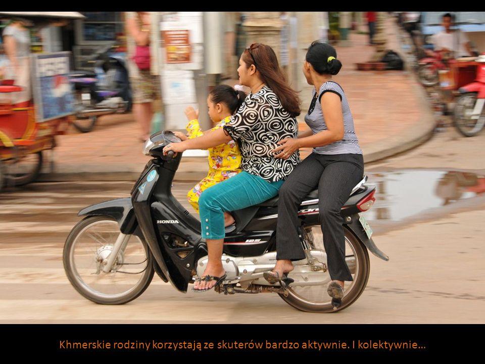 Khmerskie rodziny korzystają ze skuterów bardzo aktywnie. I kolektywnie…