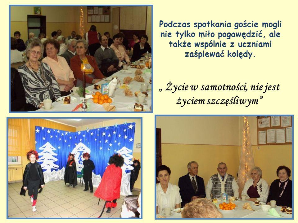 Życie w samotności, nie jest życiem szczęśliwym Podczas spotkania goście mogli nie tylko miło pogawędzić, ale także wspólnie z uczniami zaśpiewać kolędy.