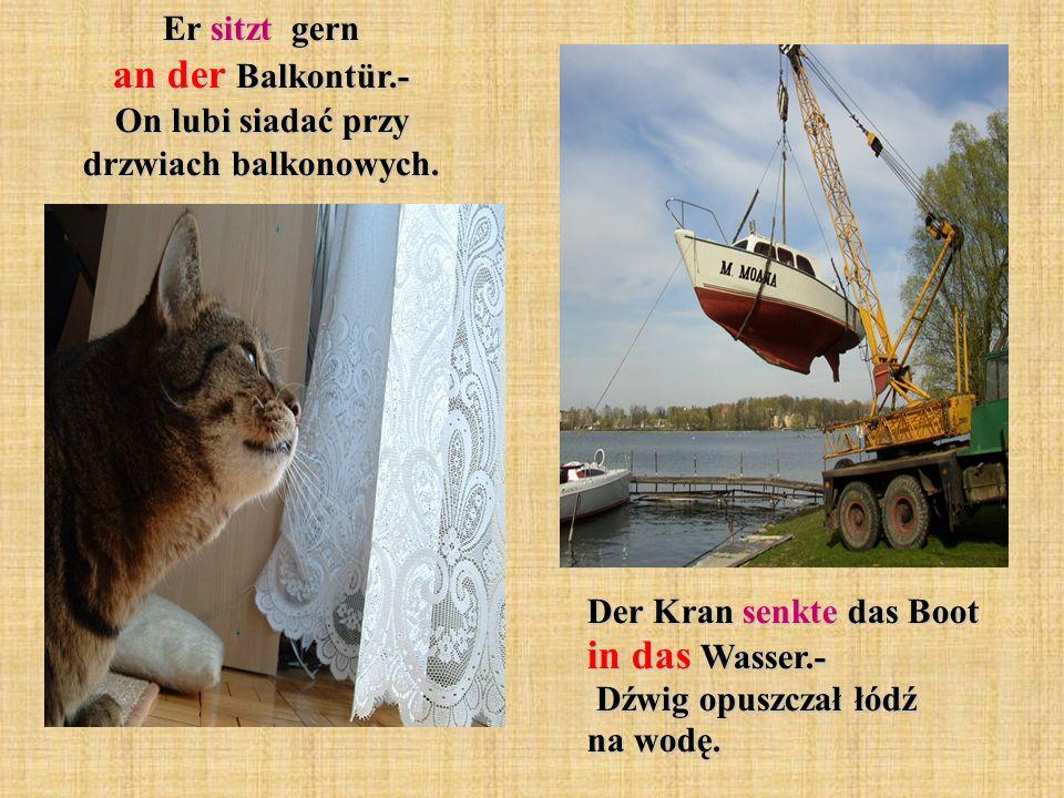 Der Kran senkte das Boot in das Wasser.- Dźwig opuszczał łódź na wodę.