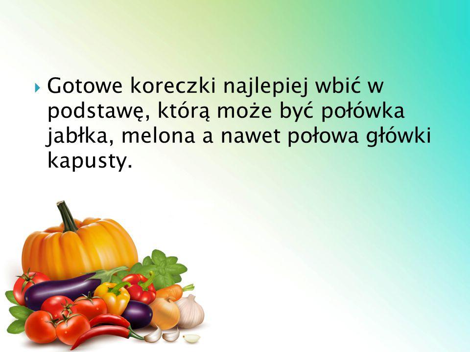  Gotowe koreczki najlepiej wbić w podstawę, którą może być połówka jabłka, melona a nawet połowa główki kapusty.
