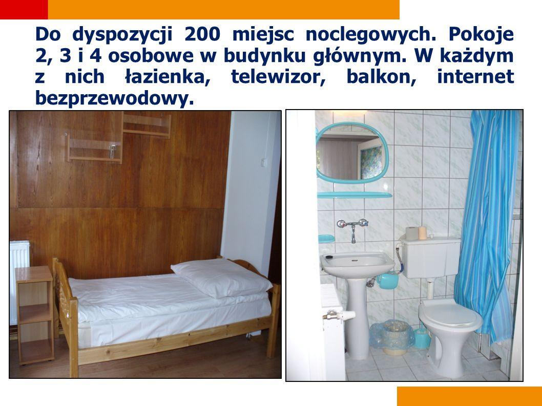 Do dyspozycji 200 miejsc noclegowych. Pokoje 2, 3 i 4 osobowe w budynku głównym. W każdym z nich łazienka, telewizor, balkon, internet bezprzewodowy.