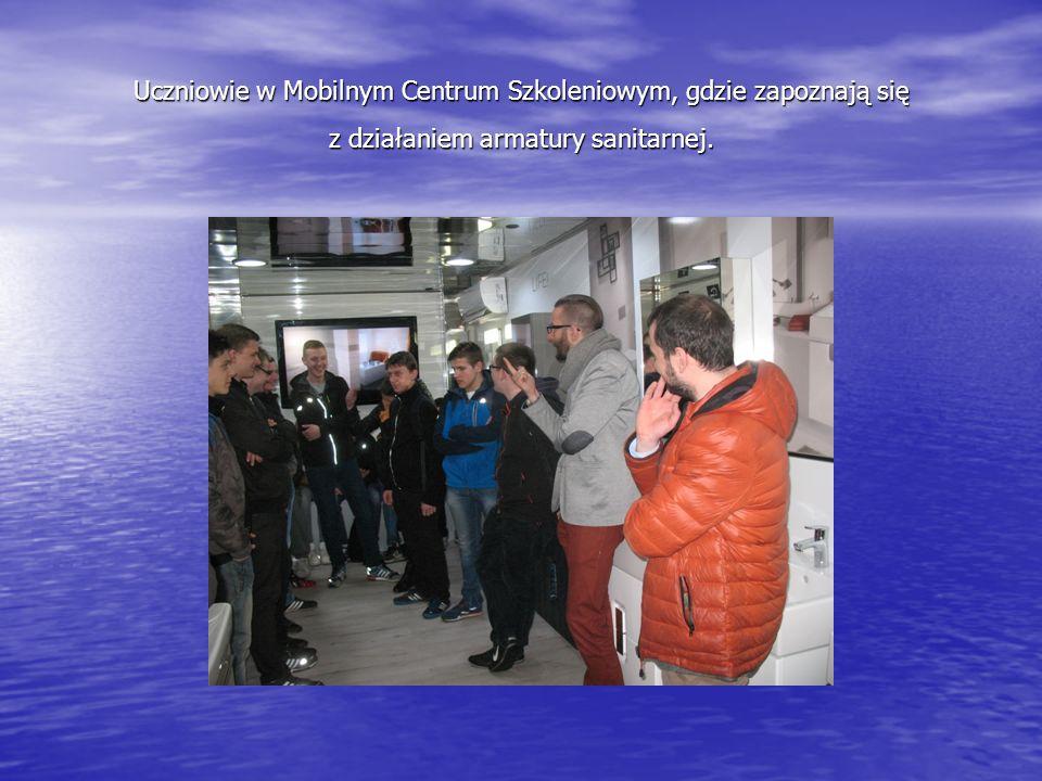 Uczniowie w Mobilnym Centrum Szkoleniowym, gdzie zapoznają się z działaniem armatury sanitarnej.