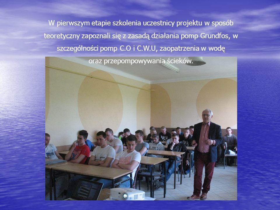 W pierwszym etapie szkolenia uczestnicy projektu w sposób teoretyczny zapoznali się z zasadą działania pomp Grundfos, w szczególności pomp C.O i C.W.U